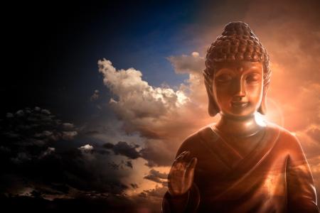 Serene Boeddha beeld op stormachtige en bewolkte achtergrond