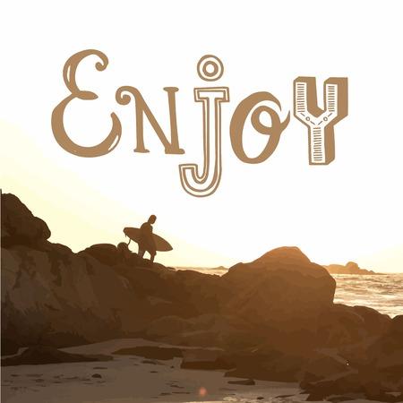 siervo: La puesta del sol de verano junto al mar. Surfista con placa en la roca costera. Disfrutar.