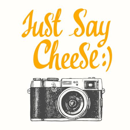 """Illustration vectorielle avec caméra dans le style de croquis sur fond blanc. Dites """"cheese. Brossez les éléments de calligraphie pour votre conception. Lettrage à l'encre manuscrite."""