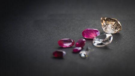 Collection de rubis rouge et de topaze, pierres précieuses pour bijoux sur fond de papier noir mat, papier rugueux