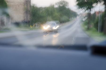 tomando alcohol: La foto muestra una visi�n borrosa mientras se conduce despu�s de beber alcohol.