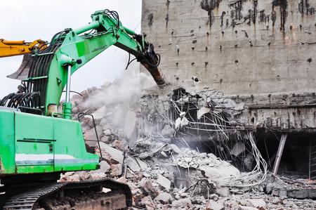 metalschrott: Bagger arbeiten an den Abriss eines alten Industriegebäudes. Lizenzfreie Bilder