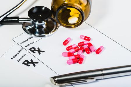 Los medicamentos recetados por un médico de sobretensión. Antibióticos, píldoras, estetoscopio. Hacer una receta para algo.