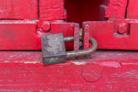 Old lock on the red door, close-up. focus on lock 免版税图像