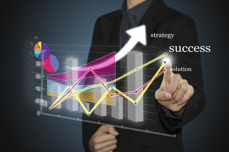 gestion empresarial: La mano del hombre con la pluma que drena una carta gr�fica y estrategia de negocios como concepto en la pizarra Foto de archivo