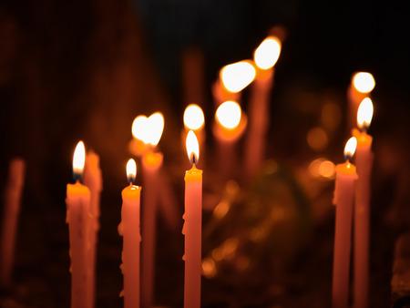 luz de vela: luz de una vela ardiente