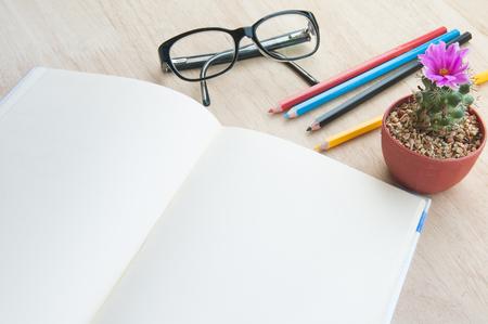 personal identity: Libros y equipo en la mesa.