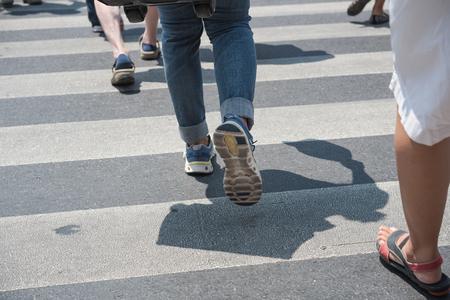 paso de cebra: personas que caminan por el paso de peatones
