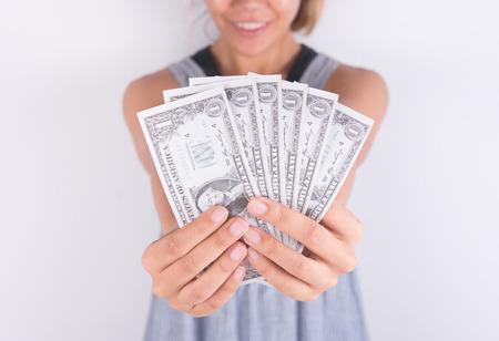 derrumbe: manos muestran las facturas de dinero en dólares. concepto de financiación de las empresas