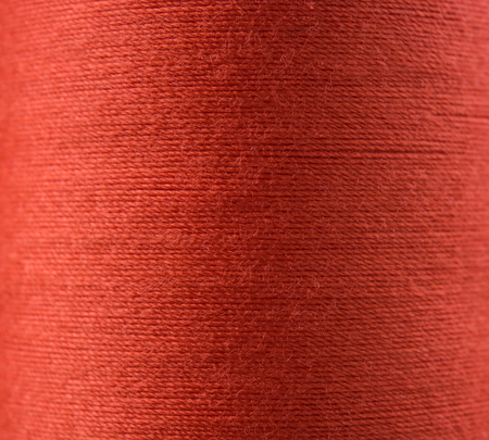 hilo rojo: Closeup red thread textile texture for background.