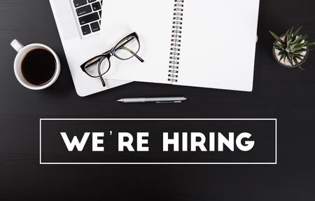 노트북 컴퓨터와 말씨가있는 사무실 책상 우리는 비즈니스를 고용하고 있습니다. 직업 직업 개념입니다. 상위 뷰 복사 공간 위의 테이블