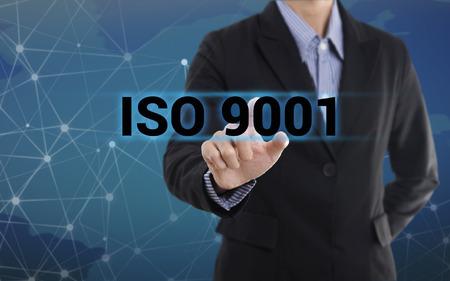 Zakenman de hand te drukken knop ISO 9001. teken op virtueel scherm. bedrijfs concept. Stockfoto - 66161148