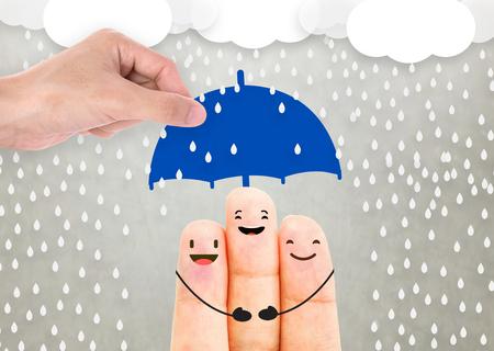 세일즈 맨 에이전트 손을 잡고 우산 보호 가족입니다. 컨셉 사고 예방 의료 보험. 스톡 콘텐츠