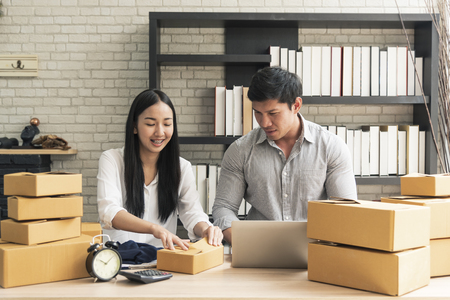 Unternehmer junge asiatische besitzer starten kleinunternehmen online shop. E-Commerce-Konzept.