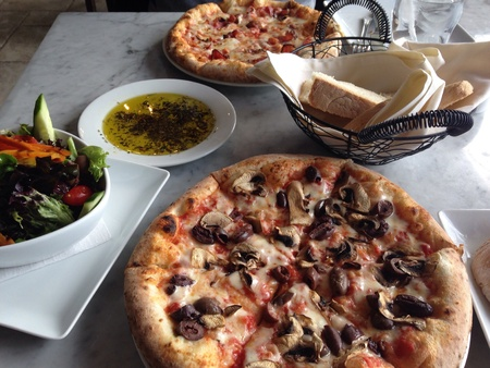 peperoni: Oven pizza with mushrooms and olives
