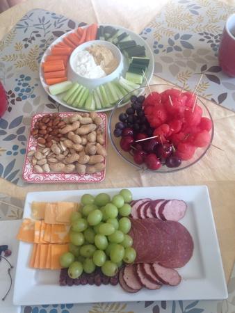 jamones: mesa de fiesta con queso y frutas Foto de archivo