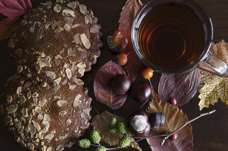 close-up van herfst decor met een kopje thee en gekruide koekjes, op houten achtergrond Stockfoto