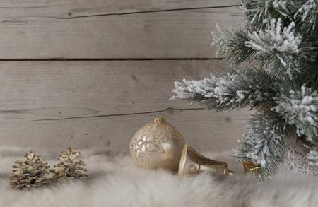 mooi stilleven van kerstversieringen en boom bedekt met sneeuw, op schapenvacht en oude vintage houten achtergrond