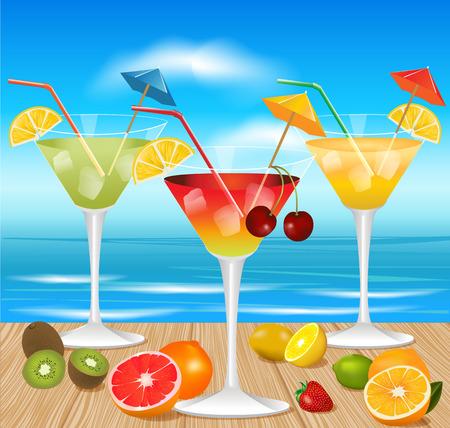 cocteles de frutas: cócteles de verano con piezas de fruta en la mesa de madera y con la playa de fondo
