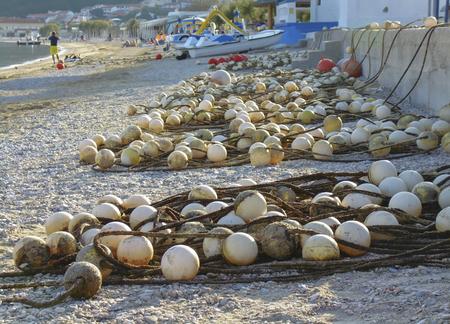 Vuile kabels van boeien op een strand in Kroatië.