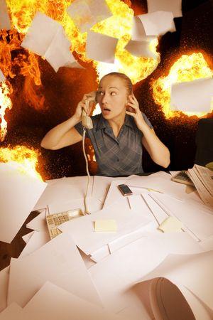 oficina desordenada: Oficina en fuego y hojas de papel de vuelo Foto de archivo