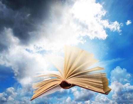 libros volando:  vuelo abrió el libro mágico Foto de archivo