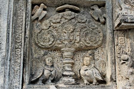 Relief in the ancient Borobudur temple in Indonesia Standard-Bild - 117105152