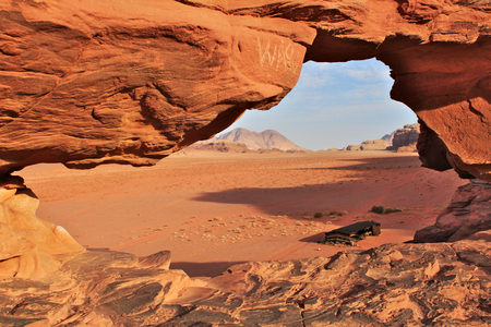 Wadi Rum red dessert in Jordan. Nomad`s tent seen through window in big natural rock. Standard-Bild - 127492033