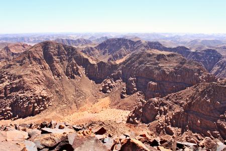 View on valley in Saudi Arabia from mountain Jebel Umm Adaami - the highest peak in Jordan. Standard-Bild - 117105246