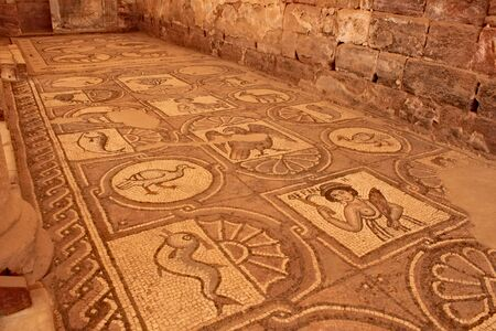 Ancient mosaic tile floor in great temple in Petra. Standard-Bild - 128140467