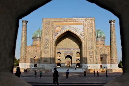 Uzbekistan, Samarkand; September 22nd 2014 - The Sher Dor (Lion) Medressa finished in 1636, is decorated with roaring felines that look like tigers but are meant to be lions Standard-Bild - 123681527