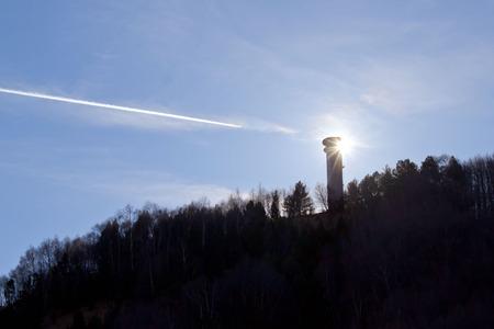 planos electricos: avi�n volando en el cielo y el sol detr�s de una torre el�ctrica; Foto de archivo