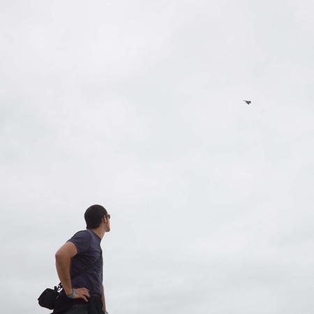 avion de chasse: looking guy jusqu'� un avion de chasse dans le ciel nuageux