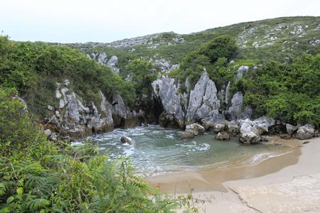 아스투리아스, 스페인의 천연 수영장과 같은 굴 피유리 해변 스톡 콘텐츠 - 81858622