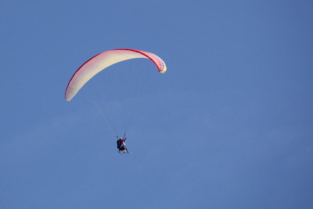 parachute flying side with skies in a cloudless day 스톡 콘텐츠