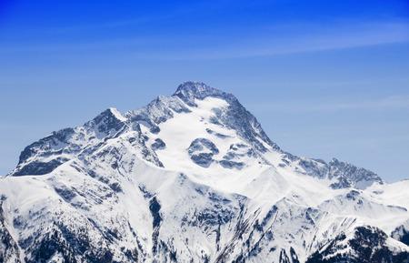 szczyt pokryty śniegiem zimą z błękitnym niebem