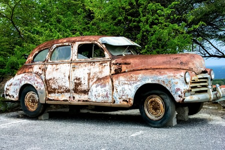 vintage old cars covered with rust, parked and abandoned Zdjęcie Seryjne