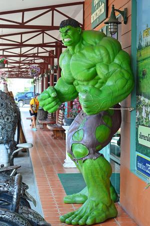 vengador: Ayuttaya - Octorber. 14: El modelo de Hulk en el mercado flotante Thung Bua Chom en Octubre 04, 2014 en Ayuttaya, Tailandia.