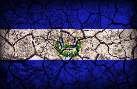 bandera de el salvador: Patr�n de la bandera El Salvador en la textura del suelo crack, estilo retro de la vendimia