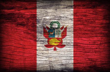 bandera peru: Patr�n de la bandera Per� en textura de madera bordo, estilo retro vendimia Foto de archivo