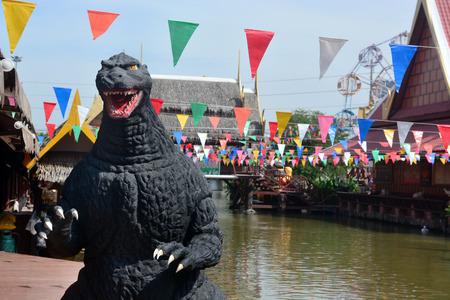 avenger: Ayuttaya, Tailandia - 19 de diciembre 2014: Un modelo Godzilla reposar al aire libre en el mercado flotante Thung Bua Chom