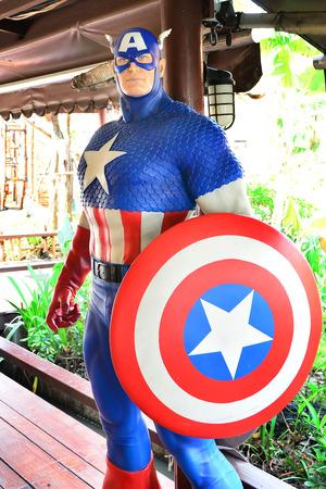 avenger: Ayuttaya, Tailandia - 04 de marzo de 2015: Un modelo de Capitán América en el mercado flotante Thung Bua Chom