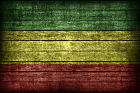 reggae: Motif de drapeau Rasta sur planche de bois texture, style vintage r�tro
