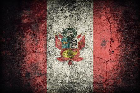 bandera de peru: Bandera de guerra de la bandera de Per� del patr�n de la bandera de Per� sucia vieja textura de la pared de concreto, estilo retro de la vendimia