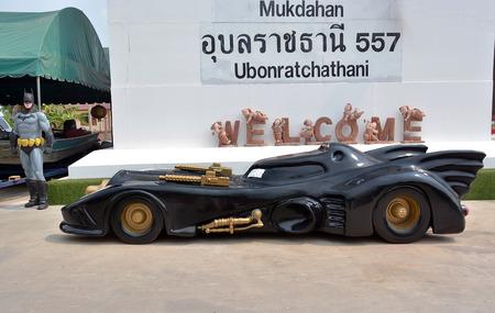 AYUTTAYA, タイ - 2015 年 4 月 11 日: バットマン モデルとトゥン ブア チョム水上マーケットでバットモービル
