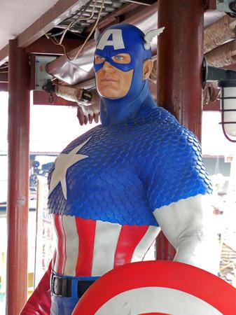 avenger: Ayuttaya, Tailandia - 25 de abril 2015: Un modelo de Capitán América en el mercado flotante Thung Bua Chom Editorial