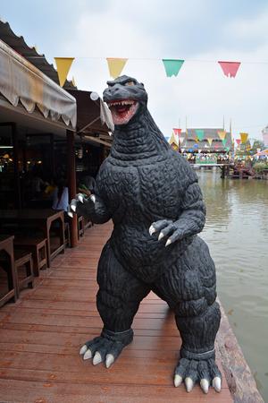 avenger: Ayuttaya, Tailandia - 25 de abril de 2015: Un modelo Godzilla reposar al aire libre en el mercado flotante Thung Bua Chom
