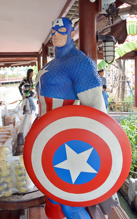 avenger: Ayuttaya, Tailandia - 11 de abril 2015: Un modelo de Capit�n Am�rica en el mercado flotante Thung Bua Chom