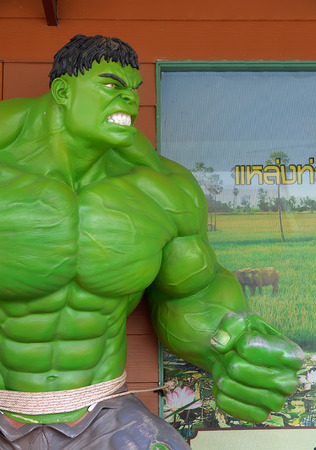 avenger: Ayuttaya, Tailandia-25 de abril 2015: El modelo de Hulk en el mercado flotante Thung Bua Chom