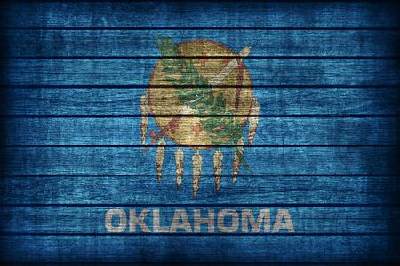 木の板のテクスチャ、レトロなビンテージ スタイルのオクラホマの旗パターン 写真素材